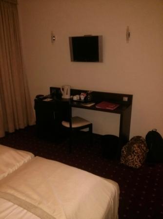 Leonardo Hotel Frankfurt-Airport: Sicht vom Bett, TV schlechte Qualität (Sicht&Ton), keine Minibar