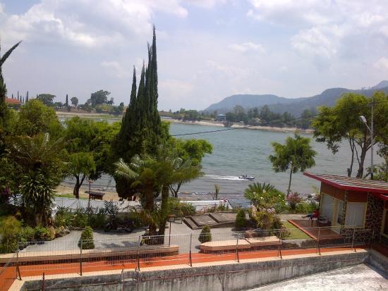 Sarangan, إندونيسيا: View dari depan kamar