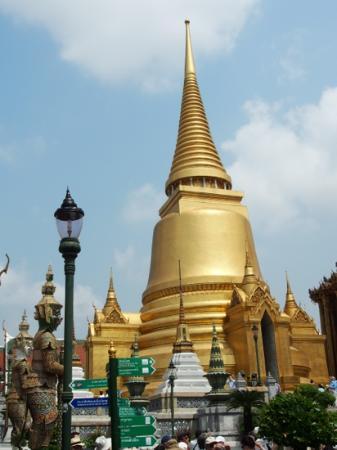Phra Siratana Chedi: Just beautiful!