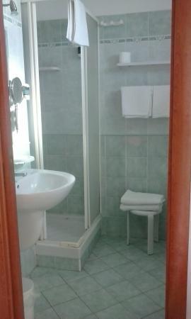 Hotel Piccolo Mondo: Bagno con doccia
