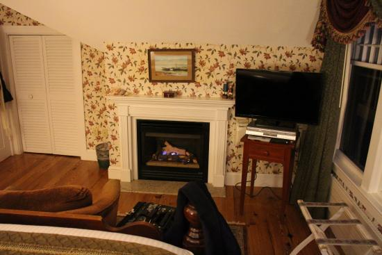 Ivy Lodge: Fireplace in the Magnolia Room