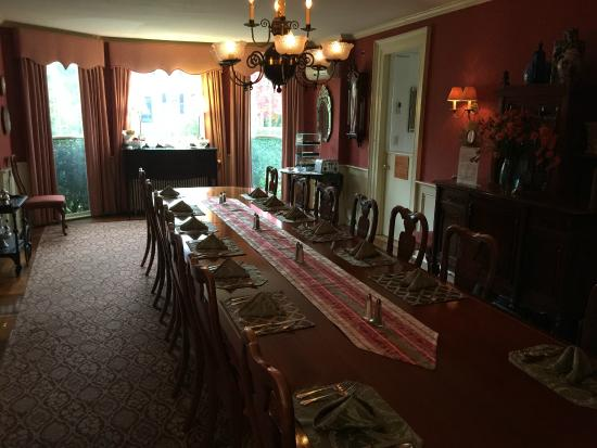 Ivy Lodge: DIning room table