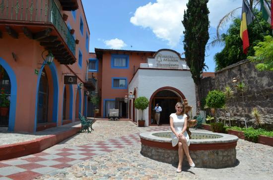 Mision Guanajuato: Fachada do hotel, no padrão fazenda mexicana