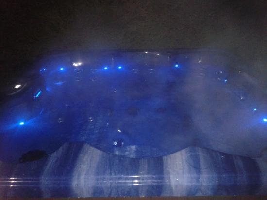 Chalet Almandine : Our Luxurious outdoor hot tub