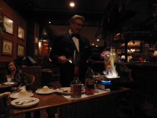 Hy's Steak House - Waikiki: テーブル席で実演