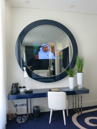 فندق البرتغال: TV in the mirror!