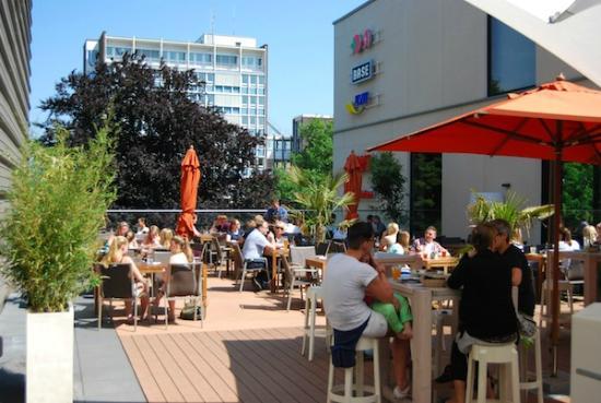 terrasse mit palmen im sommer mit restaurantbestuhlung blickrichtung paradewall bild von. Black Bedroom Furniture Sets. Home Design Ideas