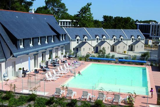 Vue sur l'espace extérieur & piscine de la résidence Ker Goh Lenn - Plescop, Vannes.