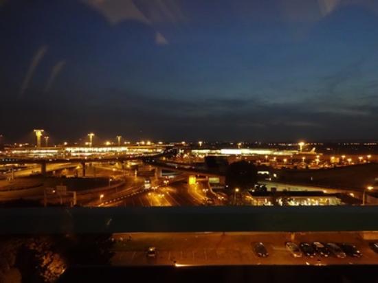 Hilton Paris Orly Airport: 部屋からの空港の眺め