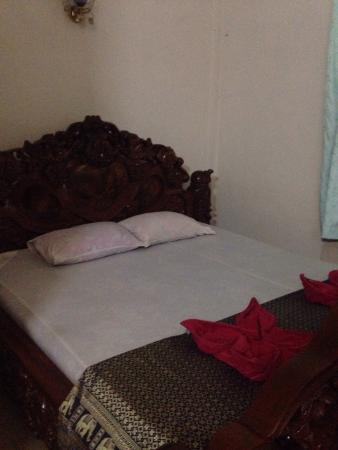 Siem Reap Holiday Garden Villa: Towels provided and a good sized bed
