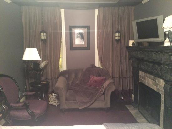 Scarborough Fair Bed & Breakfast: Sitting area Poe room