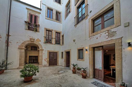 B&B Residenza Levante : the courtyard with the entry to the kitchen of apartments