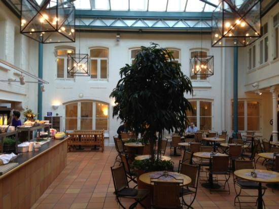Clarion Collection Hotel Bakeriet: Nice atrium for breakfast and supper.