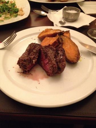 Bruselas Steak House: Filete jugoso con boniato asado