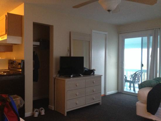 Surfside Lodge Oceanfront: Nice little tv. Ocean front room. Nov 2014