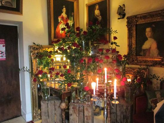 Hilltop Hotel : roses and candles in the entrance
