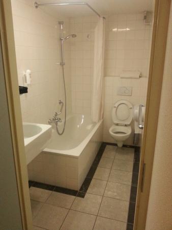 Hotel Residence Le Coin: Salle de bain correcte chambre 444