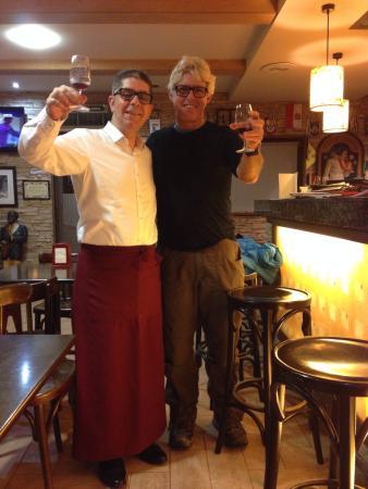 Restaurante Pedra Furada: Brinde ao caminho! António Herculano com peregrino australiano.