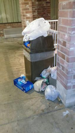 Americas Best Value Inn - San Antonio Downtown I-10 East: Trash on the hallway