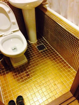 Click Hotel: お風呂とトイレ。清潔ですよ。