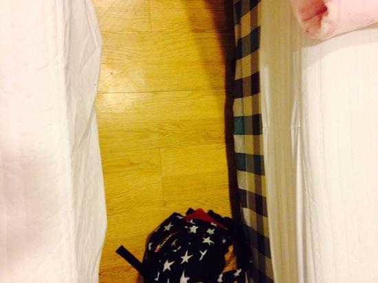 Click Hotel: ベットとベットの間はこれぐらい。目安にリュック置いてみました。