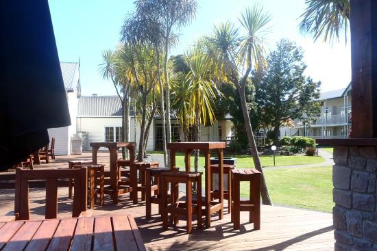 Wairakei Resort Taupo: Pool bar area looking back to courtyard
