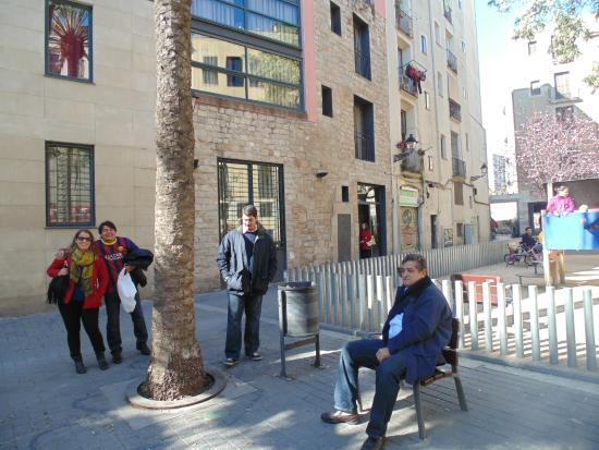 Allada Apartments: Vista da fachada e da rua