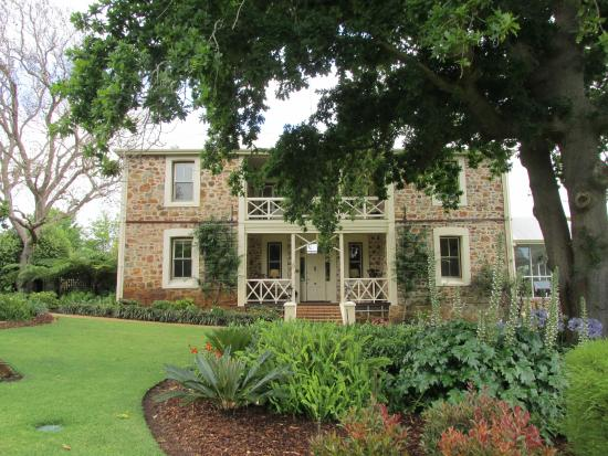Grand Mercure Basildene Manor: Front of house with hugh oak tree