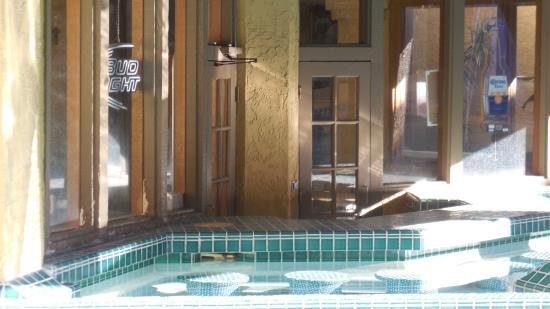 Pointe Hilton Squaw Peak Resort : Empty swim-up bar area