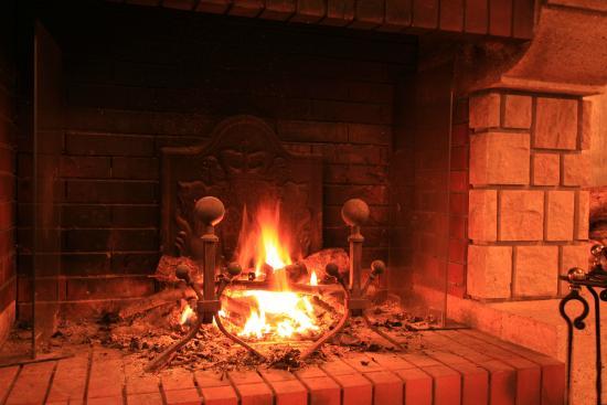 Kita-karuizawa Highland Resort Hotel: 本館ロビーにてお客様をお出迎えする暖炉