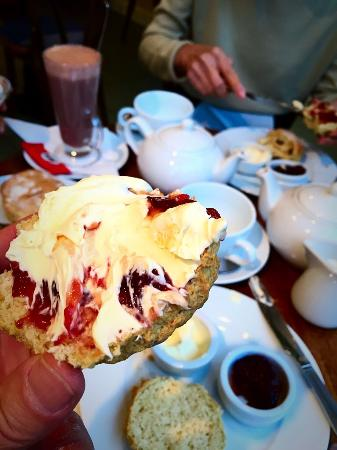 Kafe Fontana : Lovely clotted cream tea. Just perfect! Wonderful little place with warm, friendly service