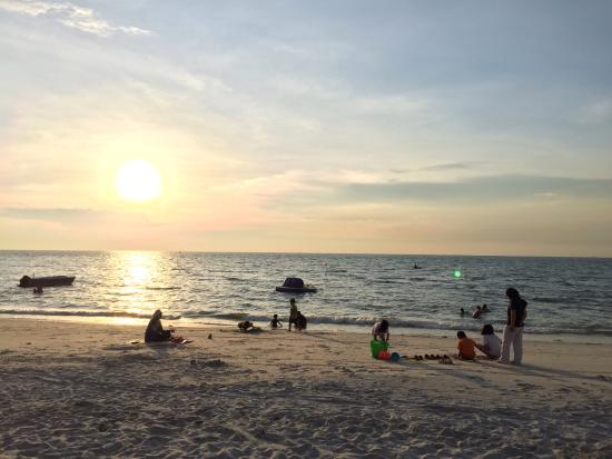 Ancasa Resort AllSuites, Port Dickson : Evening moment along the beach behind the apartment