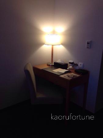 Fuward Hotel Tainan: デスクでWi-Fi機を充電中。(台湾国内及びホテルにはフリーWi-Fiがあります。) コンセントは部屋に2箇所ありました。日本から持参した二股ソケットを使いました。