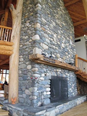 Fiordland Lodge : This is some fireplace!