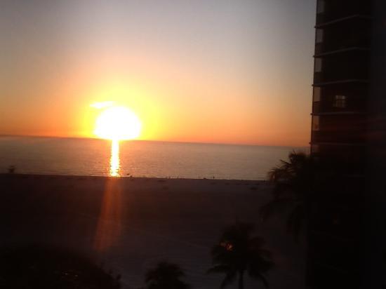 GullWing Beach Resort: Sun set view from balcony