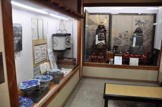 Onsen Ryokan Yano: ロビーには松前藩の武具などが展示してある