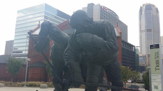 PPG Paints Arena: Statur vor der Halle