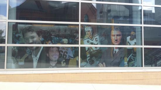 PPG Paints Arena: Plakat am Fenster der halle