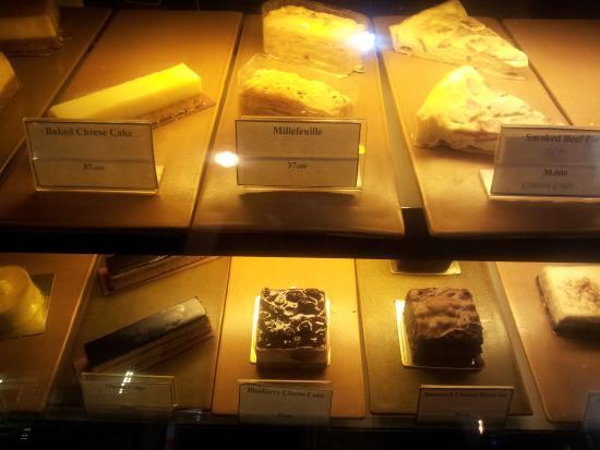 Anomali Coffee Setiabudi : cake display