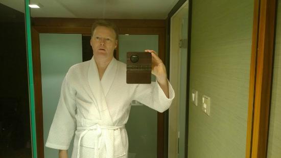 โรงแรมเรดิสัน บลู เอดเวอร์เดียน  แมนเชสเตอร์: A fitting robe. Always a plus.