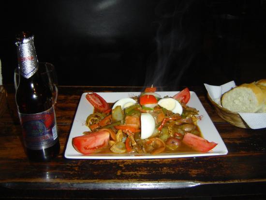 Cafe-restaurant Sol y Luna: Un piatto a base di carne e verdure con la birra locale Pacena