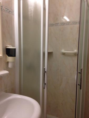 Fraterna Domus : Il bagno dalla porta