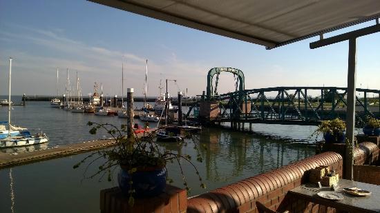 Seglerheim: Blick von der Terrasse auf den Nassauhafen