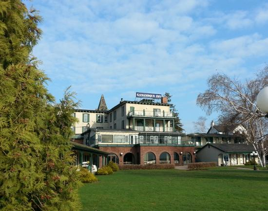 The Gananoque Inn and Spa : View from the water looking west