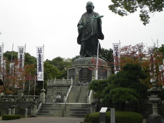 bronze statue of Nichiren Shonin, neraby