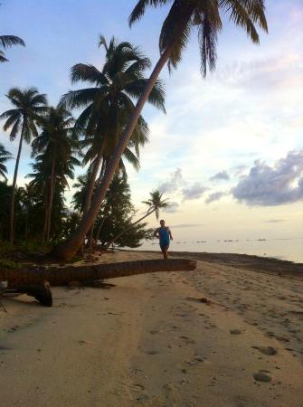 Bohol Sea Resort : Jogging along the beach just a few minutes from the resort