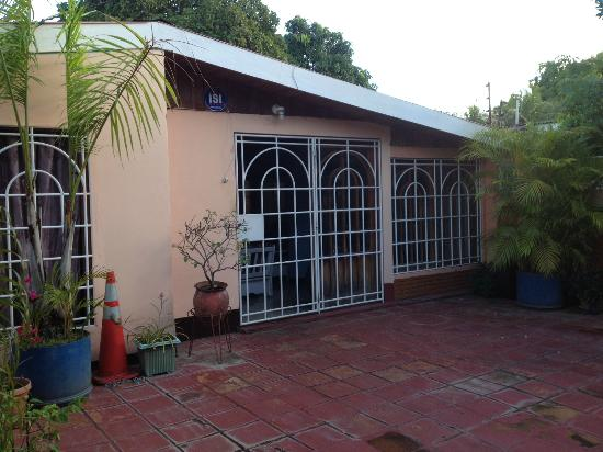 Managua Hostel Ida : front patio and doors to the property