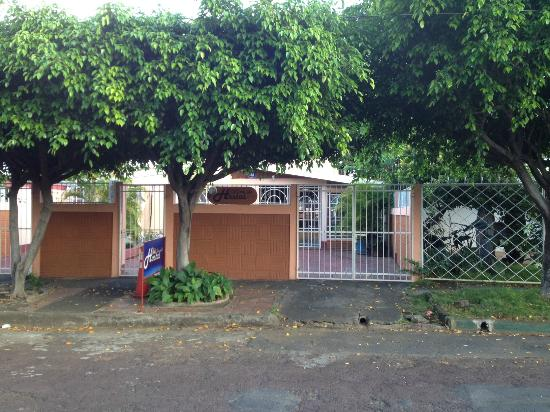 Managua Hostel Ida: view from street of property entrance