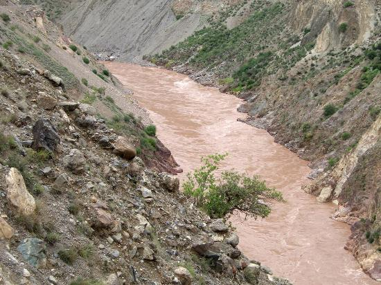 Lancang river Canyon: Reißende rote Fluten des Mekong alias Lancang im Canyon