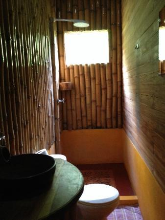 Buena Onda Backpackers: bathroom & shower